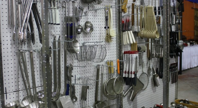 THOUSANDS OF KITCHEN UTENSILS USED AND NEW PRICES VARIES         Contact us at    ( 972 ) 977-2930 ( 469 ) 278-8447